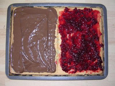 Couper en deux le gâteau et verser d\u0027un côté de la confiture et de l\u0027autre  de la pâte à tartiner. Une fois tiède rouler délicatement;opération  difficile